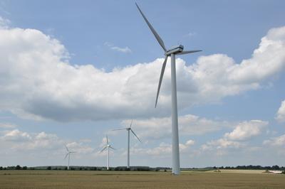 Windräder auf dem Land, Quelle: zwiboe / pixelio.de