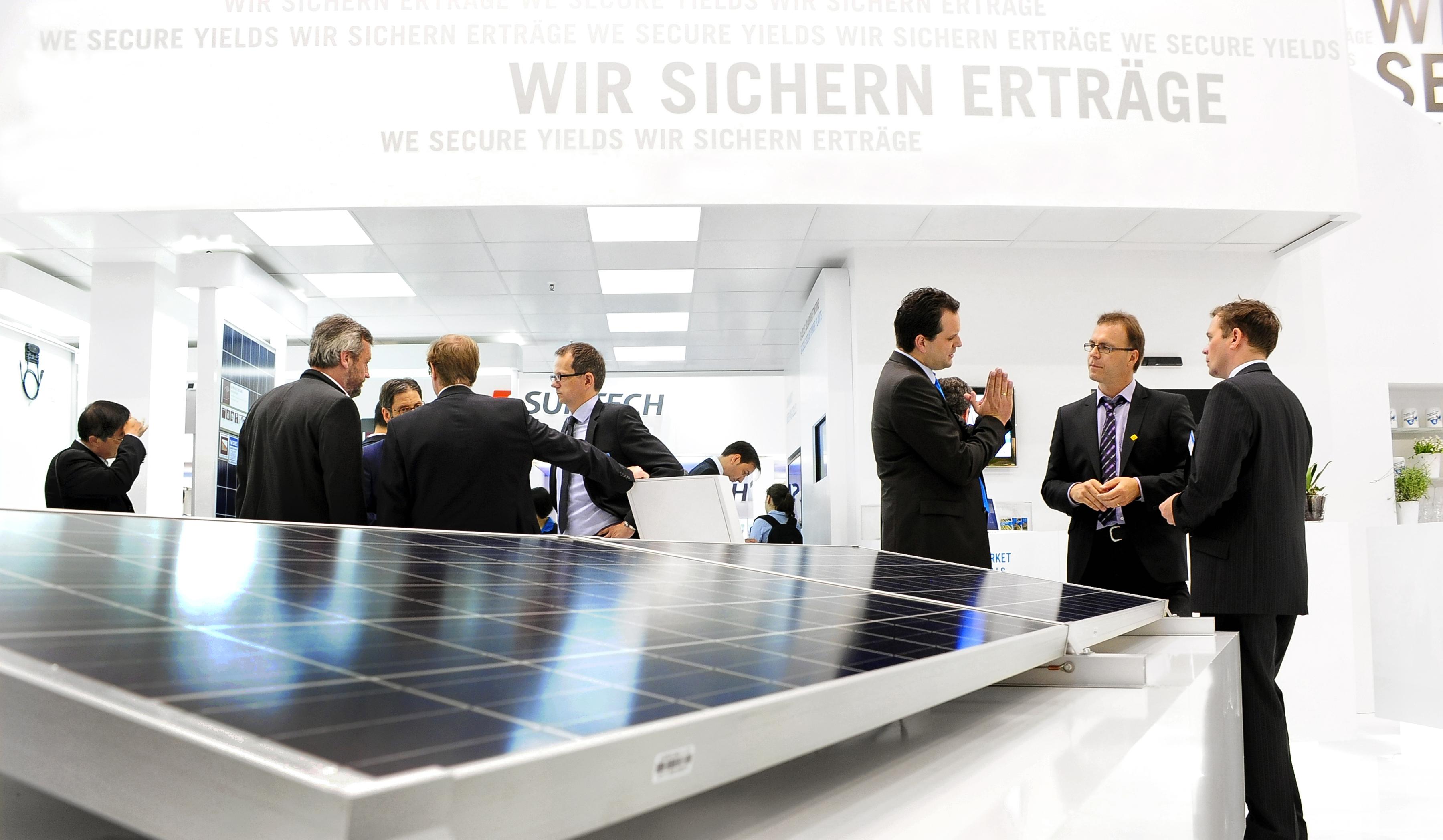 Diskussionen von Fachbesuchern auf der Intersolar, © Solar Promotion GmbH