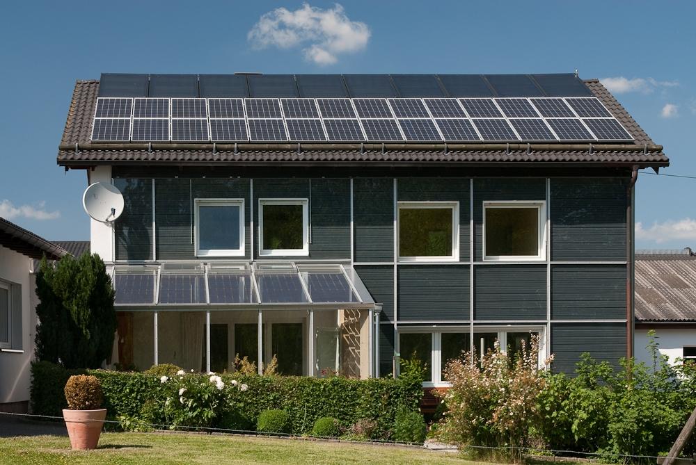 Effizienzhaus mit Solaranlagen, Quelle: dena
