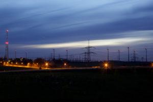 380 kV-Leitung und Windräder, Nachtaufnahme westlich von Berlin an der Autobahn A10, Quelle: 50Hertz