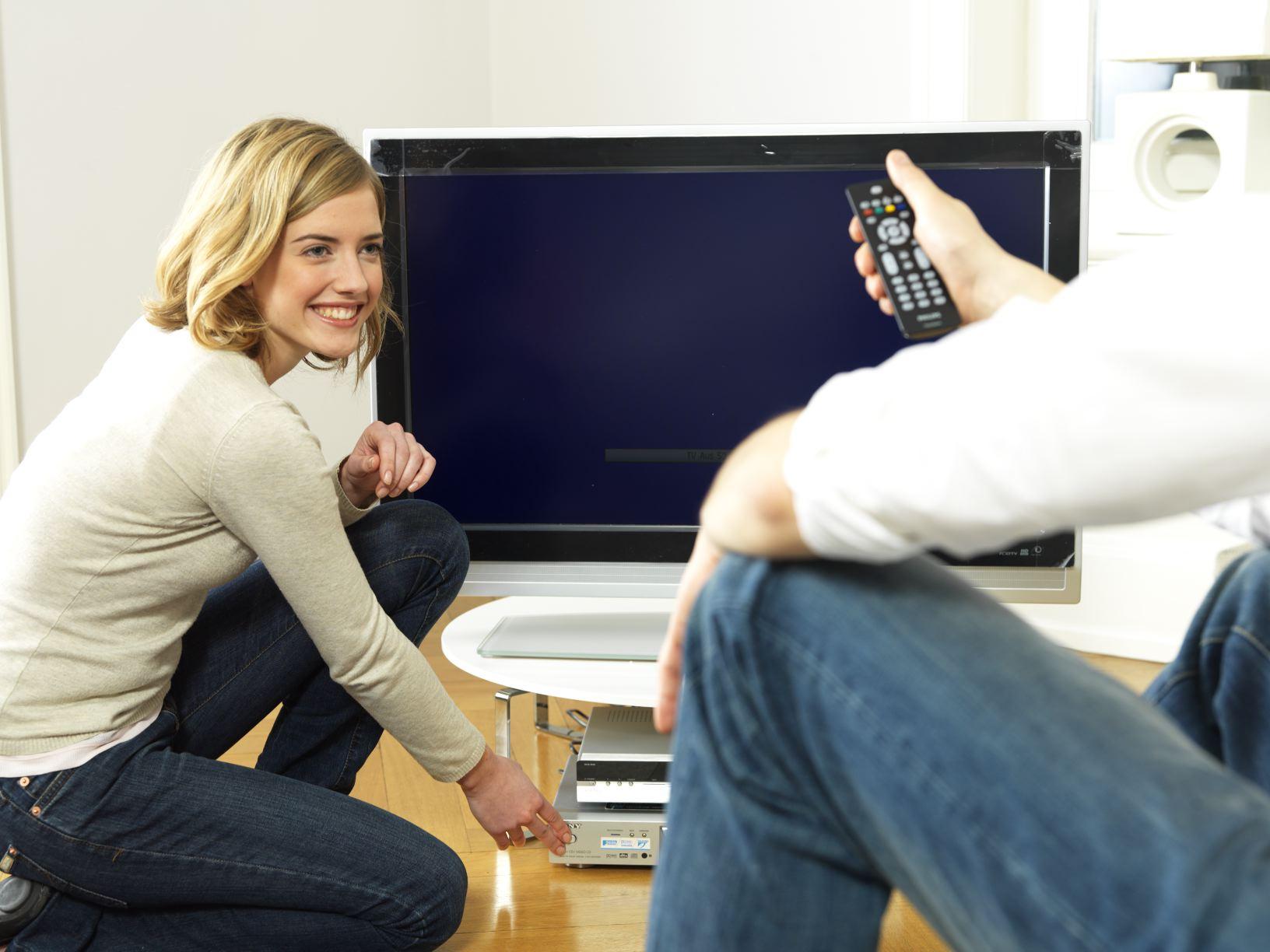 Energieeffizient Fernsehen, wenn man genau hinsieht, Quelle: Initiative EnergieEffizienz / dena