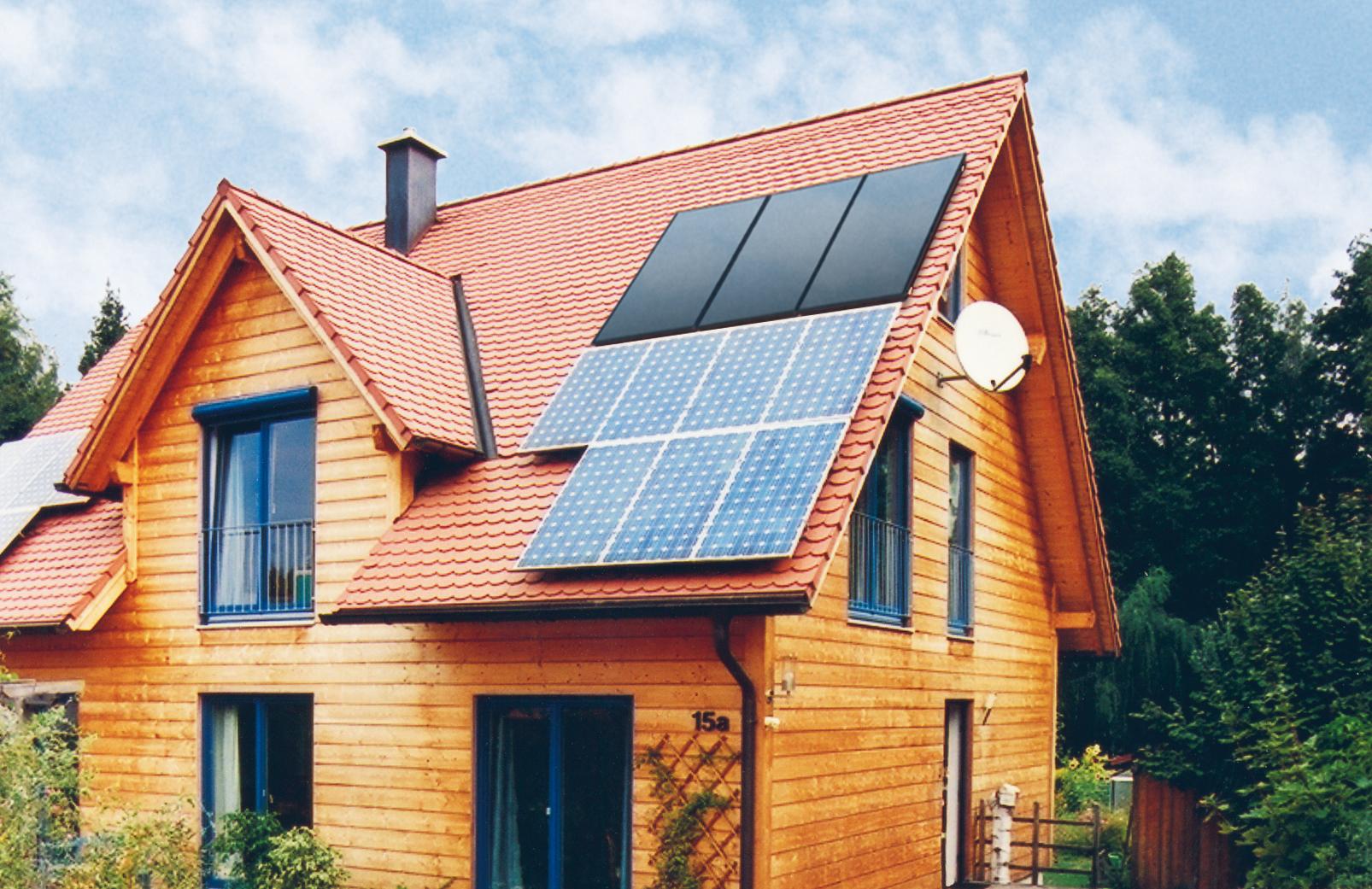 Solarthermie und Photovoltaik auf einem Dach, Quelle: BSW Solsr