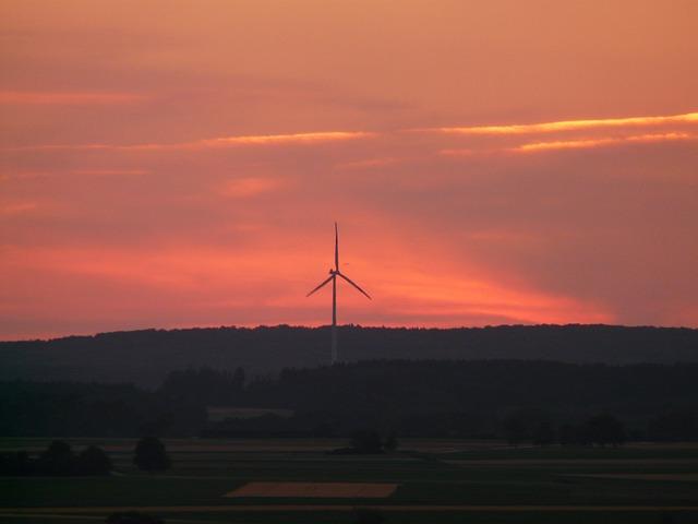Windrad im Abendlicht