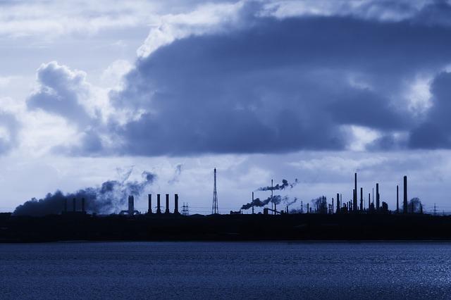 Industrieansicht, Quelle: http://pixabay.com/de/luft-brennen-schornstein-energie-19417/