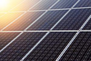 Nutzung der Sonnenenergie zur Stromerzeugung, Quelle: http://pixabay.com/de/alternative-blau-zelle-sauber-eco-21581/