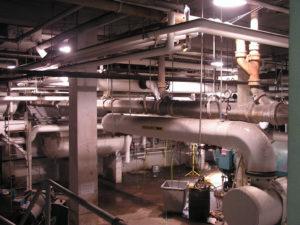 Rohrleitungen in einem Industriebetrieb, Quelle: http://freerangestock.com/