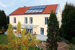 Modernisierungsbeispiel mit Solarwärme, Quelle: erdgas.info