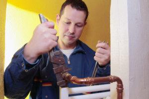 SHK-Handwerker beim Austausch eines Thermostatventils, Quelle: co2online gGmbH/Alois Müller