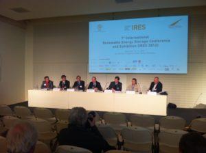Podium der IRES 2012 Pressekonferenz und fast leere Stühle für die Presse, Foto: Andreas Kühl