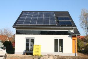 Sieht aus wie ein normales Haus – ist aber ein modernes Plusenergiehaus