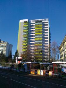 Die Gebäudesanierung trägt wesentlich zur Effizienz bei. In Freiburg wurde ein 16stöckiges Hochhaus zum Passivhaus saniert. ©Fraunhofer ISE