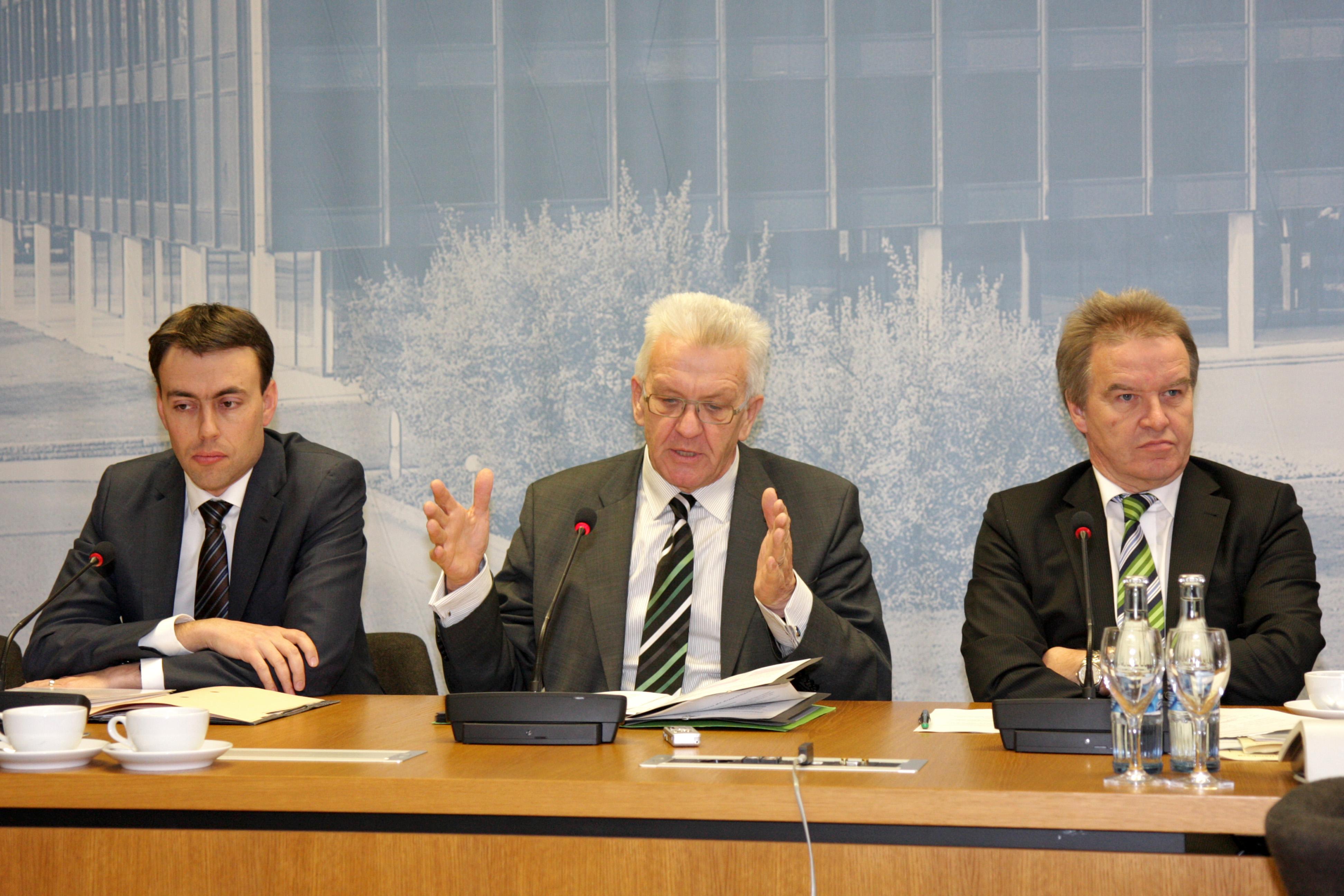 Finanz-und Wirtschaftsminister Dr. Nils Schmid (l.), Ministerpräsident Winfried Kretschmann (M.), und Umweltminister Franz Untersteller (r.) bei der Regierungspressekonferenz am 11. Dezember 2012 im Landtag in Stuttgart