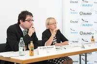 Brigitte Dahlbender und Andre Baumann kritisieren EU-Kommissar Oettinger scharf. Bild: Hannes Huber. Quelle: BUND Ba-Wü
