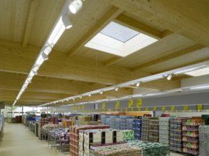 Tageslichtkuppeln im Dach reduzieren den Strombedarf für Beleuchtung.