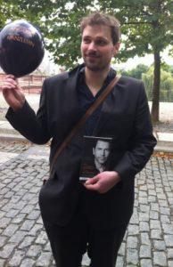 Energieblogger Kilian Rüfer mit Buch, Foto: Andreas Kühl