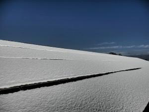 Schnee auf einer PV-Anlage, Foto: Envaris GmbH