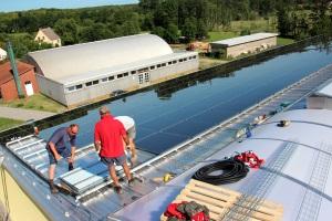Bau einer PV-Anlage, Foto: Milk the Sun