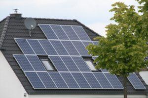 Dach mit Photovoltaikanlage, Foto: Andreas Kühl