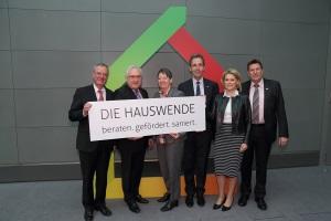 """Verbandsvertreter und Frau Dr. Barbara Hendricks bei der Präsentation der Kampagne """"Hauswende"""", Foto: dena"""