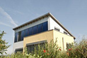 Solarthermie-Nutzung mit eloxierten Fassadenkollektoren, Foto: BSW-Solar/Wagner & Co.