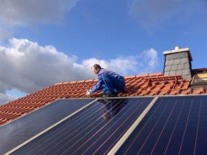 Installation einer solarthtermischen Anlage, Foto: Wagner-Solar