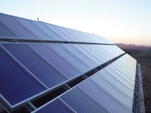 Solarthermie-Anlage auf einem Hoteldach
