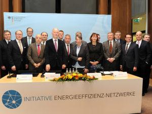Staatssekretär Rainer Baake (6. v. l.) und Bundesumweltministerin Barbara Hendricks (9. v. l.) zusammen mit Mitgliedern der Initiative Energieeffizienz-Netzwerke, Foto: BMWi/ Susanne Eriksson