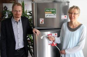 Oliver Hummel, Vorstand NATURSTROM AG und Maria-Elisabeth Lang, Projektleiterin Stromspar-Check, Katholischer Sozialdienst e.V. , Foto:  Naturstrom AG