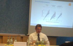 Prof. Dr. Andreas Holm bei der Erläuterung der Studie zur Wirtschaftlichkeit von wärmedämmenden Maßnahmen, Foto: Andreas Kühl