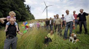 Energiebürger aus dem Verbund der Bürgerwerke vor ihrer Bürgerwindanlage